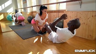 المدرب العنتيل ينيك المتدربة أم جسم فاجر في صالة الجيم الفيديو ...