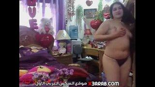 عراقية تتعري من قميص نومها قدام الكاميرا وتفرك كسها علي السرير
