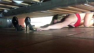 بنت تتزنق تحت السرير وتطلب النجده وياتي الرجل يغتصبها مارس الجنس
