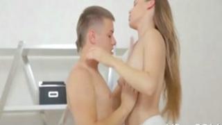 المدير الكهل يشعل رغبة الفتاة البكر الخجولة قبل أن ينيك كسها و ...